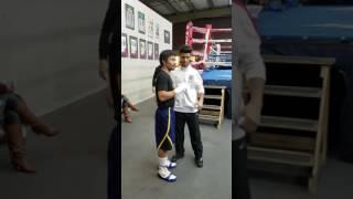 Con humildad Manny Pacquiao atiende a sus fans antes de entrenar.