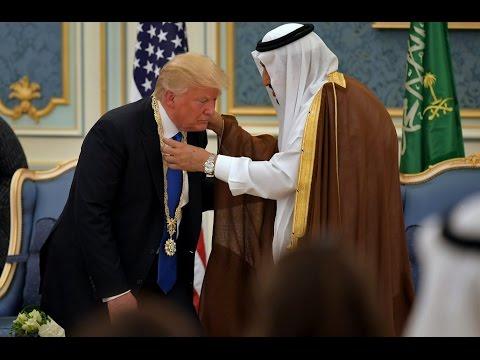 Trump Fawns Over Saudí Arabía, Gives Them $110 Bíllion In Weapóns (видео)