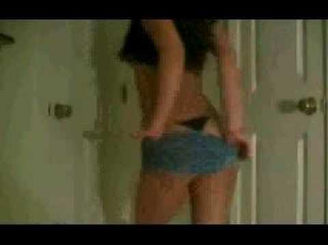 Striptease coquin d'une jolie brunette