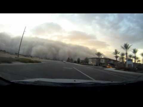 開車進入恐怖的沙塵暴!從3:00開始觀看
