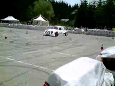 Fiat 500 con motore da moto che sgommatta