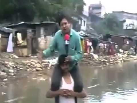 Phóng viên bị sa thải vìcưỡi cổ nạn nhân lũ lụt để đưa tin