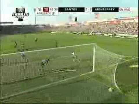 Fernando Arce le marca gol al Monarcas Morelia.