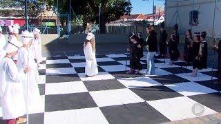 Xadrez humano faz sucesso entre a garotada em Assis