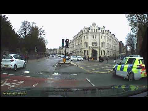 Walesissa jalankulkijat hoitelevat poliisia pakenevan pyöräilijän – Nohevaa toimintaa!