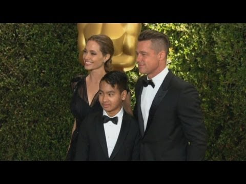 brad - Subscribe to TheShowbiz411! http://bit.ly/tsb411yt Angelina Jolie looked stunning as she attended the 2013 Governors Awards in Hollywood with Brad Pitt and s...
