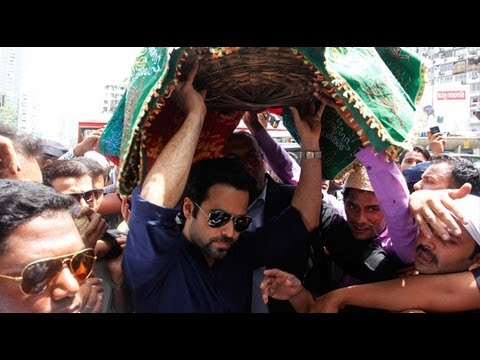 Crowd Goes Into Frenzy On Finding Emraan At Haji A