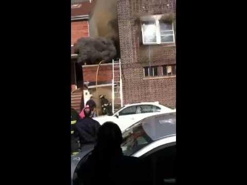 Hus exploderar under eldsvåda