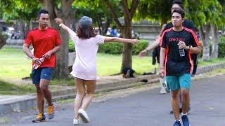 Video Cewek Ngajak Pelukan Orang gak Kenal! Prank Indonesia. MP3, 3GP, MP4, WEBM, AVI, FLV November 2017