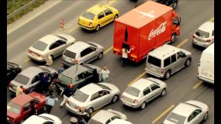 Coca-Cola'nın 125. Yılında insanlara mutluluk dağıttığı kamyon İstanbul trafiğine çıktı ve Boğaziçi Köprüsü'nde yüzlerce insana şaşırtıcı anlar yaşattı.