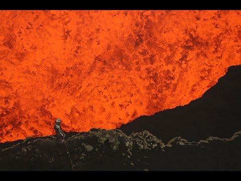 這名男子忍受1600度高溫深入火山口中拍下驚人的景象,就連看著螢幕都覺得自己要融化了!