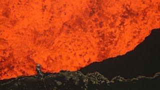 فيديو مغامرة مرعبة لشخص يلقي بنفسه داخل بركان نشط