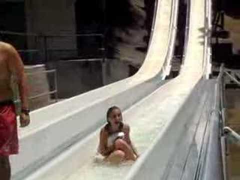 美女玩水上活動要注意,比基尼隨時會罩不住…