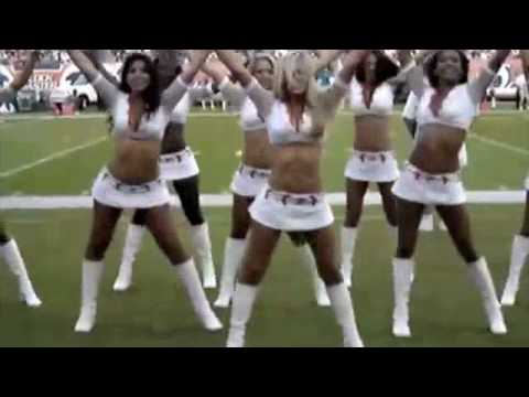 Hot NFL cheerleader flashes crowd