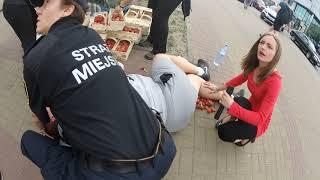 Sprzedawca truskawek dostaje ataku epilepsji. Takiej pomocy przy reanimacji jeszcze nie widziałem