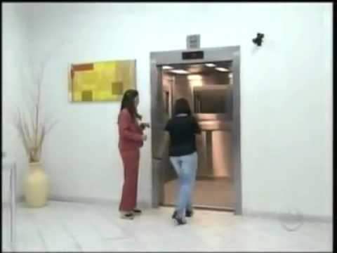 Une Fille qui fait peur dans un ascenseur