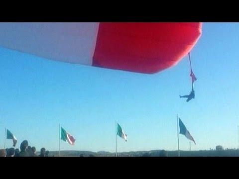 Soldado preso em bandeira 'levanta voo' no México