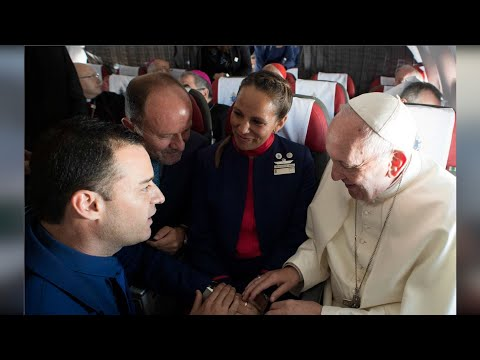 En pleno vuelo Papa Francisco casó a tripulantes (VIDEO)