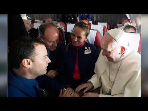 Histórico: en vuelo chileno Papa Francisco casó a tripulantes
