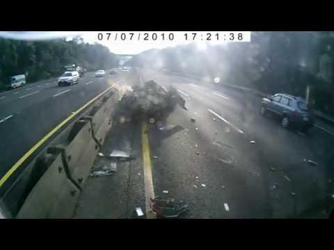 Camión destroza un coche