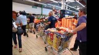 Gouesnou France  city photo : Crise laitiere Action des producteurs au centre leclerc Gouesnou