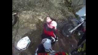 Motocyklista trafia na rozwieszoną linkę w lesie. Ledwo przeżył!