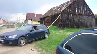Wyburzanie stodoły przy pomocy BMW