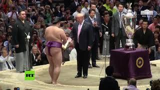 Trump otorga un pesado e inmenso trofeo al campeón de sumo en Japón