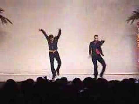 Очень красиво танцуют сальсу, сольную партию двое ребят
