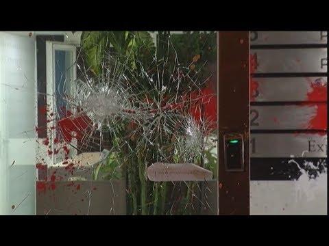 Επίθεση οπαδών με πέτρες και μπογιές στα γραφεία της «24 MEDIA» και του «Έθνους»