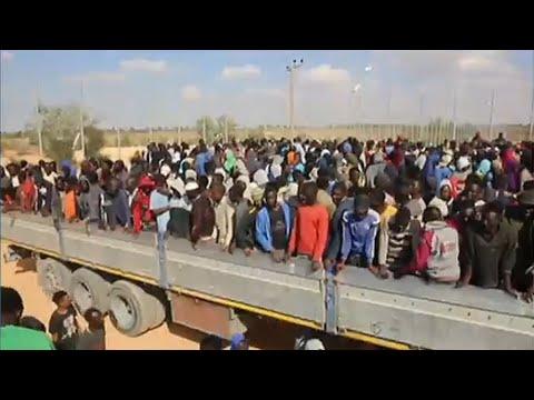 العرب اليوم - شاهد: قتلى وجرحى في حادث اصطدام شاحنة في ليبيا