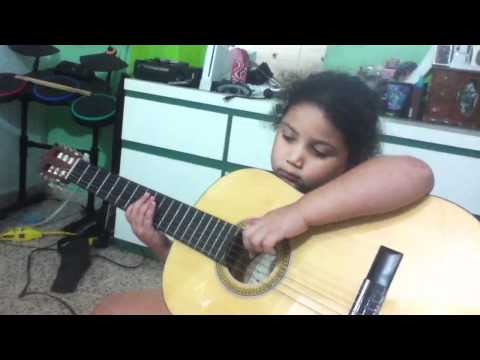 MY SISTER LERNING HOW TO PLAY GUITAR (видео)