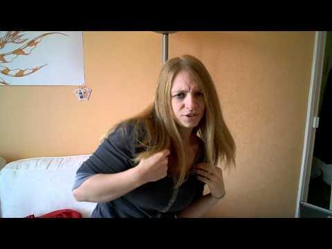「[外国人]お笑いコンビ2700の「右ひじ左ひじ交互に見て」を真剣にやる外国人女性。」のイメージ