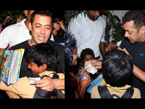 Salman-Khan-Having-Fun-With-Slum-Children-Donated-Money-Arbaaz-Birthday-Party-Olive-Bar-08-03-2016
