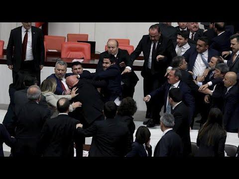 Καβγάς βουλευτών στο τουρκικό κοινοβούλιο