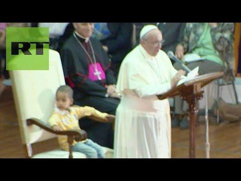 un bambino si siede sulla poltrona del papa: guardate la sua reazione!