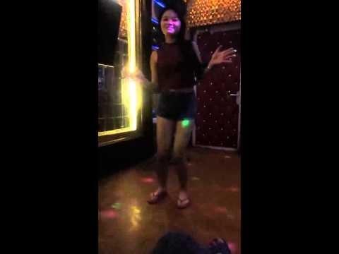Hot Girl quẩy dẻo trong phòng hát karaoke