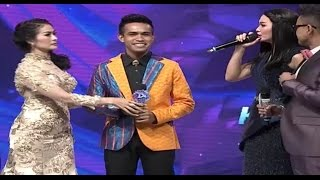 Zaskia Gotik dan Iis Dahlia Rebutan Fildan (D'Academy 4 Top 20 Result Group 1) Video