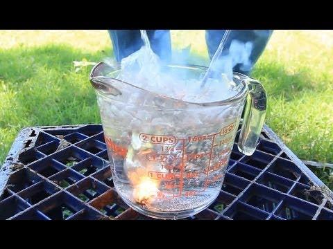 他將閃花點燃後丟入水中,竟然出現了水與火相融的美麗場面...