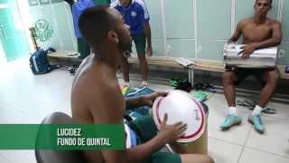 Wesley, Vinícius, Serginho e Juninho fazem um pagode no vestiário da Academia de Futebol, antes de um treino. Feliz Carnaval...