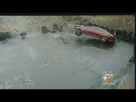 Auto syöksyy korjaamon pihaan – Tallentui valvontakameraan
