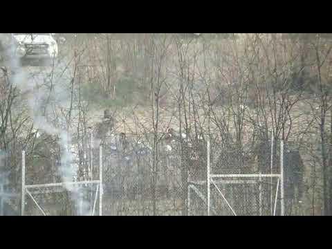 Η Τουρκική αστυνομία  εκτοξεύει χημικά προς Έλληνες στρατιώτες και αστυνομικούς