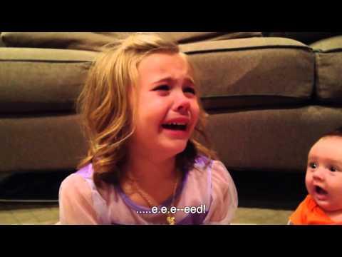 Mädchen weint, weil sie nicht möchte, dass ihr kleiner Bruder wächst