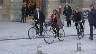 Video Christiane Taubira quitte le ministère de la Justice à vélo après la passation de pouvoir MP3, 3GP, MP4, WEBM, AVI, FLV September 2017
