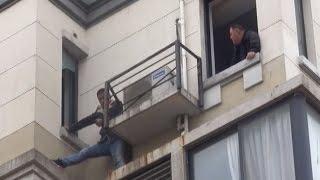 Застрявший на уровне шестого этажа грабитель 27 часов отбивался от полиции в Китае