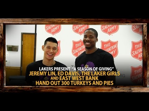 Video: Lakers Jeremy Lin, Ed Davis Hand Out Turkeys & Pies To Needy Families