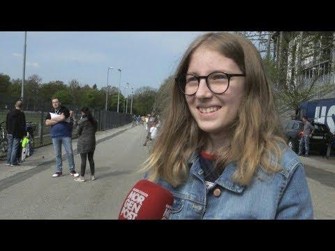 HSV-Fans sind sich nach dem Spiel gegen den VfL Wolfsbu ...