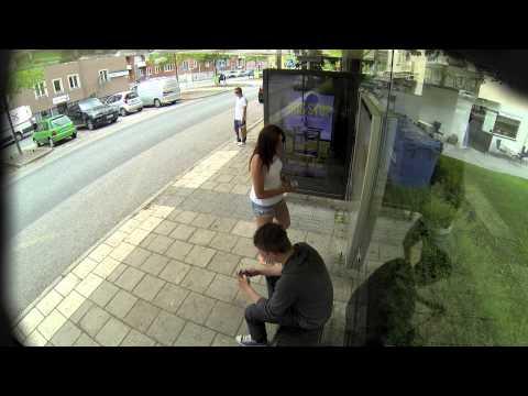 他們正在等車時往旁邊一看,發現看板上怎麼出現他跟旁邊陌生女生接吻的影片?!