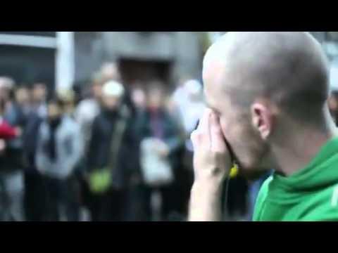 شاب يوقف شارع كامل فى لندن ليشاهدوا موهبته