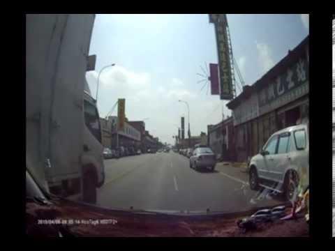 「假摔伯」出沒連撞兩車,網友:其實他在練習金鐘罩鐵布衫!